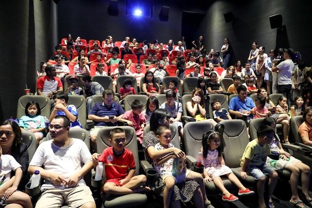 Khán giả Vũng Tàu xếp hàng dài, ngồi bệt xem phim ở tuần liên hoan phim Việt Nam lần thứ XXI - Ảnh 6.