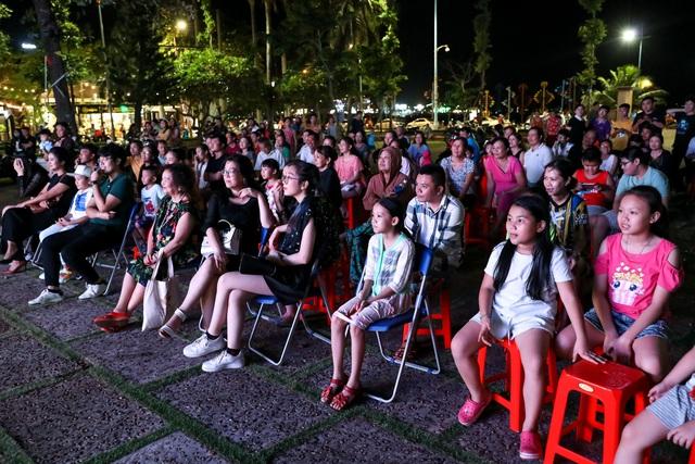 Khán giả Vũng Tàu xếp hàng dài, ngồi bệt xem phim ở tuần liên hoan phim Việt Nam lần thứ XXI - Ảnh 11.