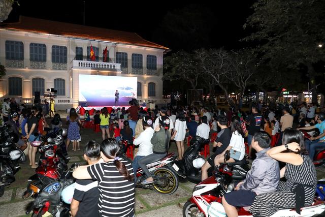 Khán giả Vũng Tàu xếp hàng dài, ngồi bệt xem phim ở tuần liên hoan phim Việt Nam lần thứ XXI - Ảnh 12.