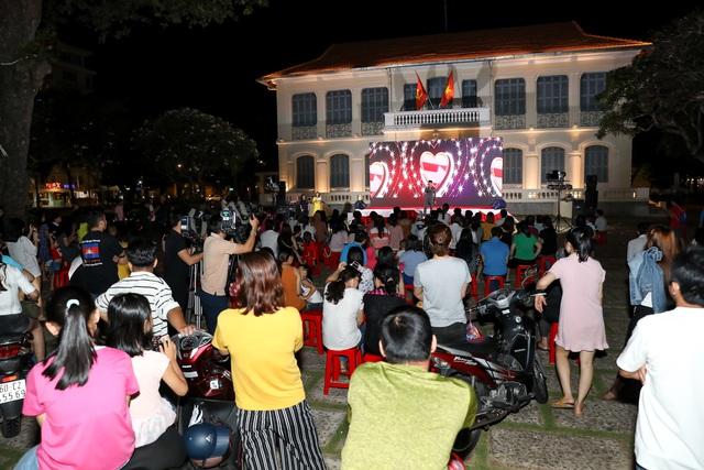 Khán giả Vũng Tàu xếp hàng dài, ngồi bệt xem phim ở tuần liên hoan phim Việt Nam lần thứ XXI - Ảnh 9.