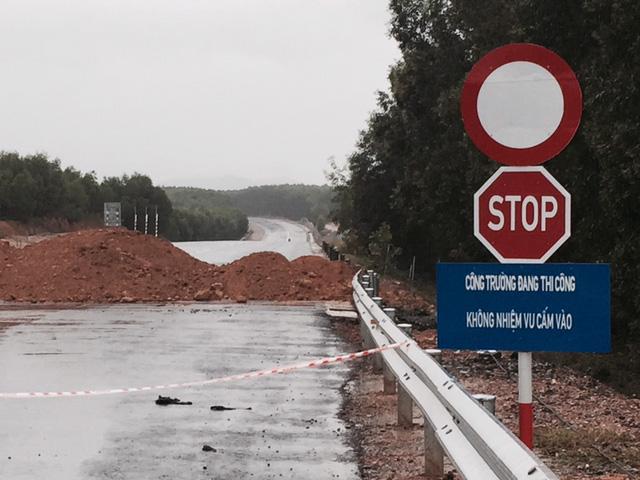Né trạm BOT ở Huế, hàng trăm lượt xe bất chấp biển cấm chạy vào đường cao tốc đang thi công - Ảnh 2.