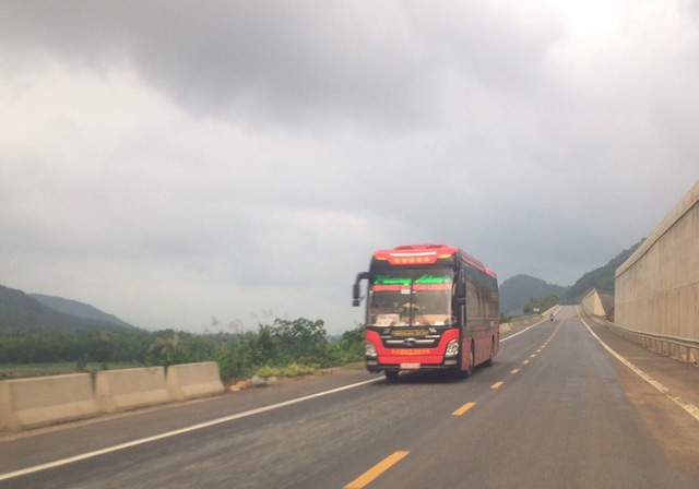Né trạm BOT ở Huế, hàng trăm lượt xe bất chấp biển cấm chạy vào đường cao tốc đang thi công - Ảnh 1.