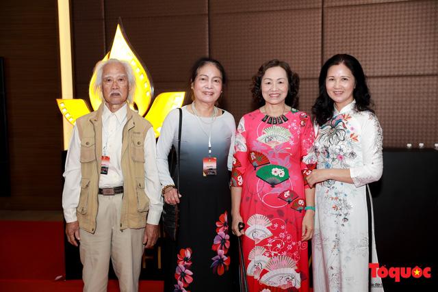 Nghệ sĩ gạo cội dìu dắt nhau hội ngộ trong lễ bế mạc LHP Việt Nam lần thứ XXI - Ảnh 12.