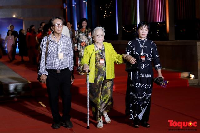 Nghệ sĩ gạo cội dìu dắt nhau hội ngộ trong lễ bế mạc LHP Việt Nam lần thứ XXI - Ảnh 3.