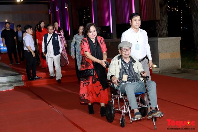 Nghệ sĩ gạo cội dìu dắt nhau hội ngộ trong lễ bế mạc LHP Việt Nam lần thứ XXI - Ảnh 1.