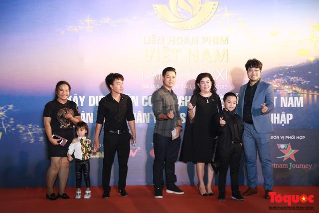 Nghệ sĩ gạo cội dìu dắt nhau hội ngộ trong lễ bế mạc LHP Việt Nam lần thứ XXI - Ảnh 13.