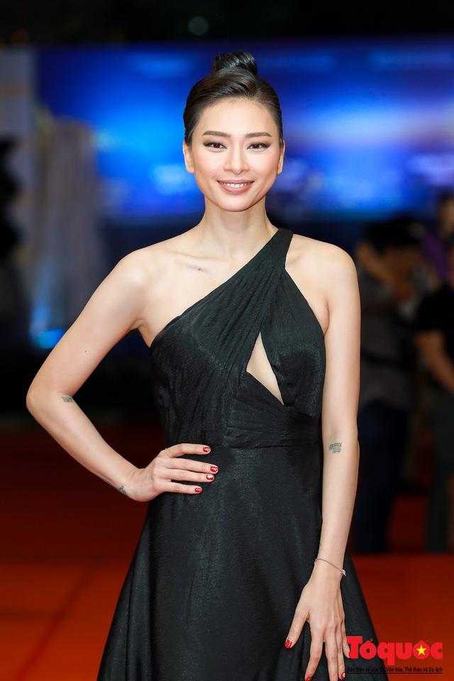 Hình ảnh Ngô Thanh Vân rạng rỡ đón 2 giải bông sen  vàng và bạc trong lễ bế mạc liên hoan phim Việt Nam - Ảnh 2.