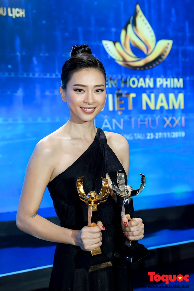 Hình ảnh Ngô Thanh Vân rạng rỡ đón 2 giải bông sen  vàng và bạc trong lễ bế mạc liên hoan phim Việt Nam - Ảnh 9.