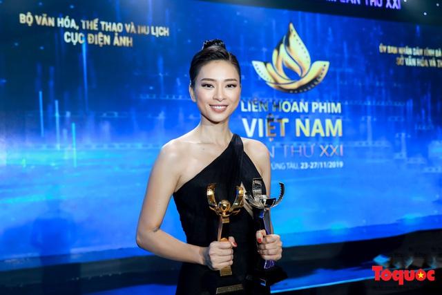 Hình ảnh Ngô Thanh Vân rạng rỡ đón 2 giải bông sen  vàng và bạc trong lễ bế mạc liên hoan phim Việt Nam - Ảnh 10.