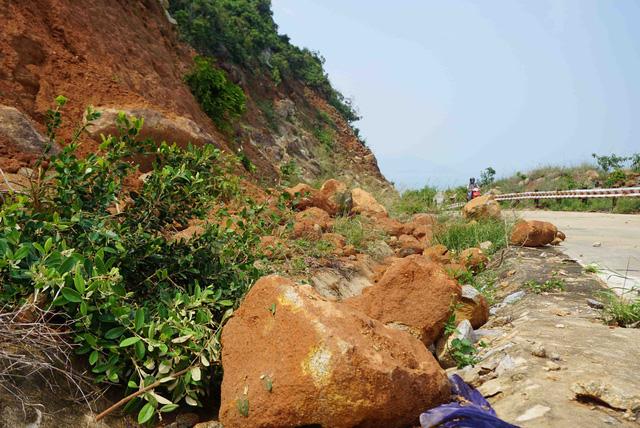 Đường lên bán đảo Sơn Trà xuất hiện nhiều điểm sạt lở  - Ảnh 2.