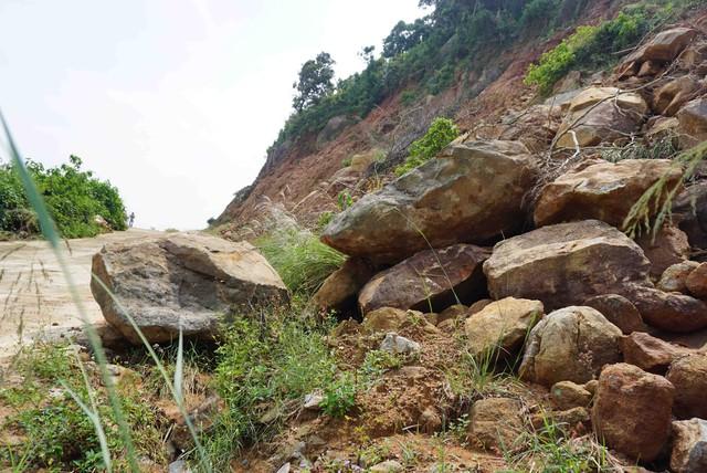 Đường lên bán đảo Sơn Trà xuất hiện nhiều điểm sạt lở  - Ảnh 1.