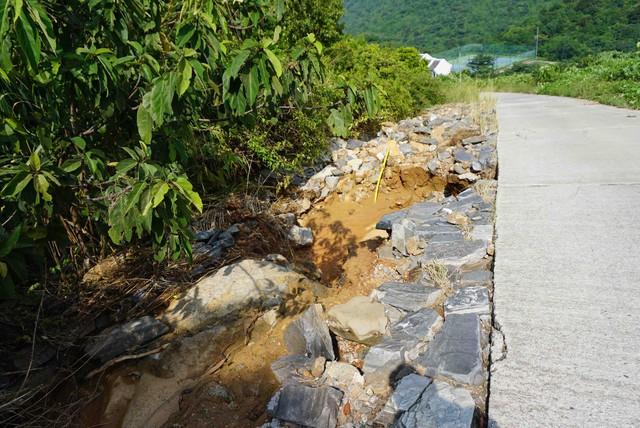 Đường lên bán đảo Sơn Trà xuất hiện nhiều điểm sạt lở  - Ảnh 4.