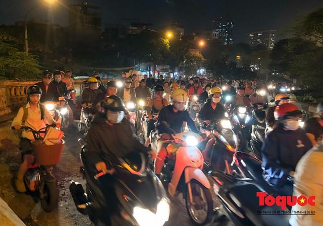 Hà Nội: Cây cầu hơn trăm tuổi biến thành chợ cóc, giao thông ùn tắc nghiêm trọng - Ảnh 10.