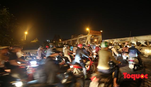 Hà Nội: Cây cầu hơn trăm tuổi biến thành chợ cóc, giao thông ùn tắc nghiêm trọng - Ảnh 7.