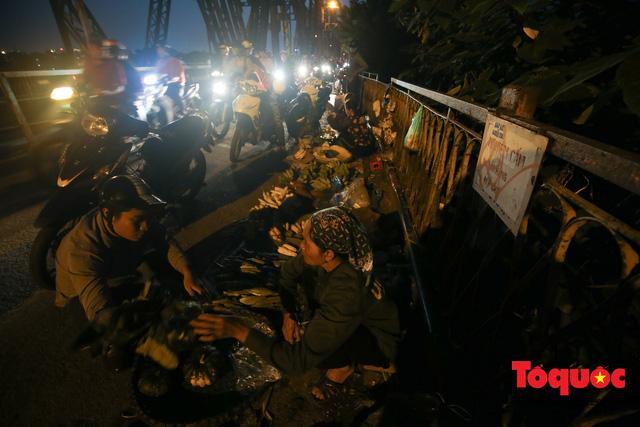 Hà Nội: Cây cầu hơn trăm tuổi biến thành chợ cóc, giao thông ùn tắc nghiêm trọng - Ảnh 2.