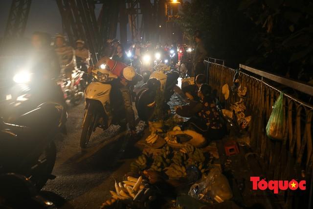 Hà Nội: Cây cầu hơn trăm tuổi biến thành chợ cóc, giao thông ùn tắc nghiêm trọng - Ảnh 3.