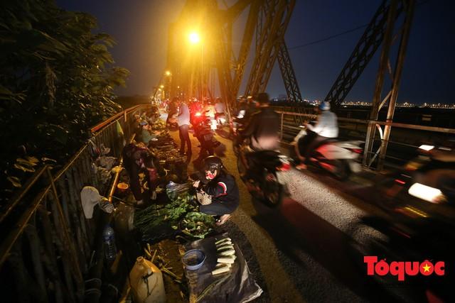 Hà Nội: Cây cầu hơn trăm tuổi biến thành chợ cóc, giao thông ùn tắc nghiêm trọng - Ảnh 4.