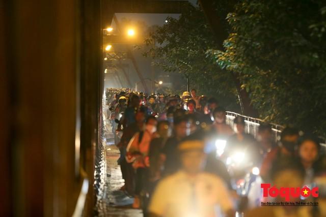 Hà Nội: Cây cầu hơn trăm tuổi biến thành chợ cóc, giao thông ùn tắc nghiêm trọng - Ảnh 5.