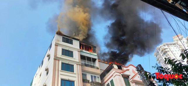 Hà Nội: Cháy chung cư mini trên phố Trung Kính - Ảnh 1.