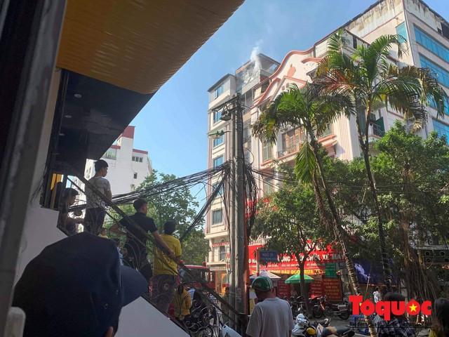 Hà Nội: Cháy chung cư mini trên phố Trung Kính - Ảnh 2.