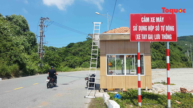 Biển cấm xe tay ga lưu thông trên bán đảo Sơn Trà.