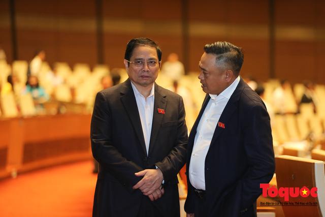 Thủ tướng trao đổi với các đại biểu bên lề hành lang nghị trường ngày đầu phiên chất vấn kỳ 8 Quốc hội khóa XIV - Ảnh 9.