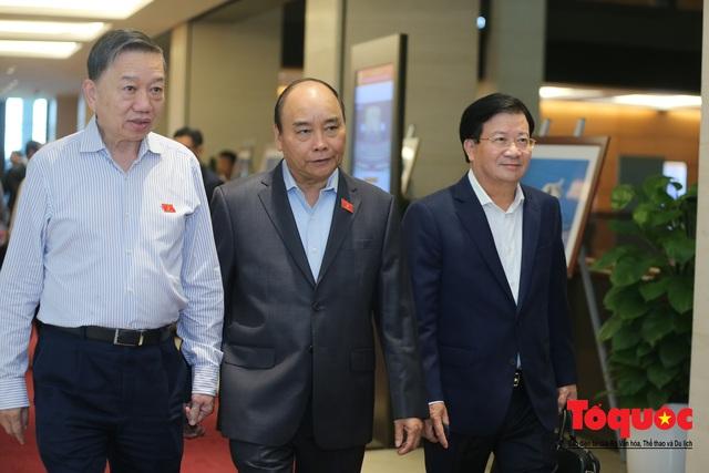 Thủ tướng trao đổi với các đại biểu bên lề hành lang nghị trường ngày đầu phiên chất vấn kỳ 8 Quốc hội khóa XIV - Ảnh 2.
