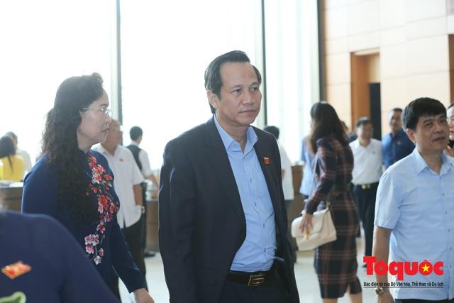 Thủ tướng trao đổi với các đại biểu bên lề hành lang nghị trường ngày đầu phiên chất vấn kỳ 8 Quốc hội khóa XIV - Ảnh 15.
