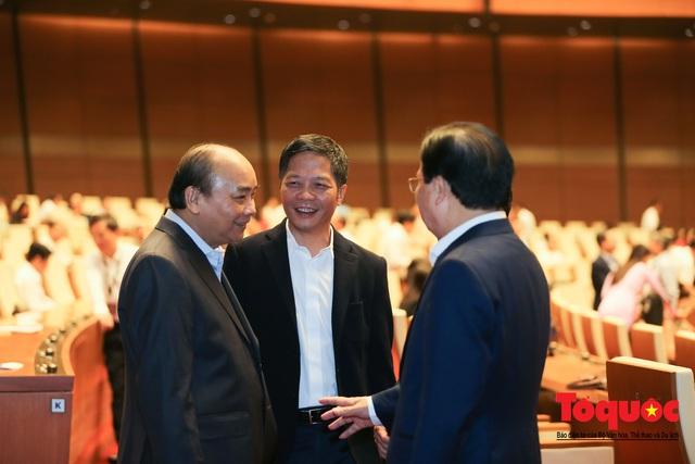Thủ tướng trao đổi với các đại biểu bên lề hành lang nghị trường ngày đầu phiên chất vấn kỳ 8 Quốc hội khóa XIV - Ảnh 4.