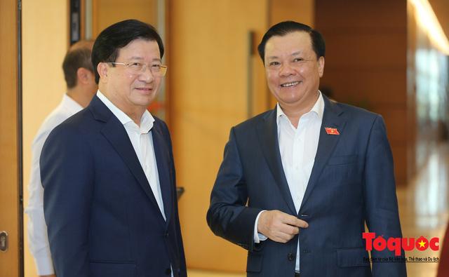 Thủ tướng trao đổi với các đại biểu bên lề hành lang nghị trường ngày đầu phiên chất vấn kỳ 8 Quốc hội khóa XIV - Ảnh 5.