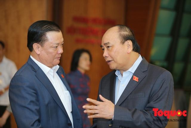 Thủ tướng trao đổi với các đại biểu bên lề hành lang nghị trường ngày đầu phiên chất vấn kỳ 8 Quốc hội khóa XIV - Ảnh 3.
