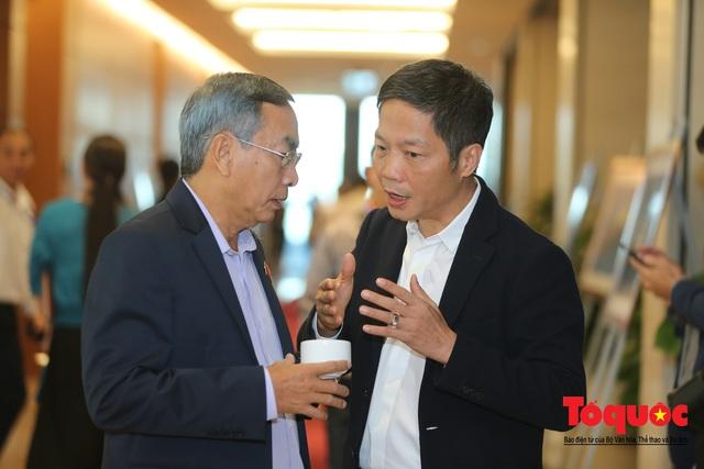Thủ tướng trao đổi với các đại biểu bên lề hành lang nghị trường ngày đầu phiên chất vấn kỳ 8 Quốc hội khóa XIV - Ảnh 13.