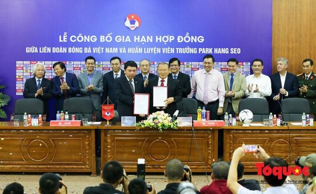 Tái ký hợp đồng, HLV Park Hang-seo lo lắng về chỉ số chờ đợi của người hâm mộ Việt Nam - Ảnh 1.
