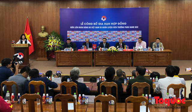 Thời khắc hàng triệu người hâm mộ Việt Nam chờ đợi HLV Park Hang Seo thực hiện - Ảnh 1.