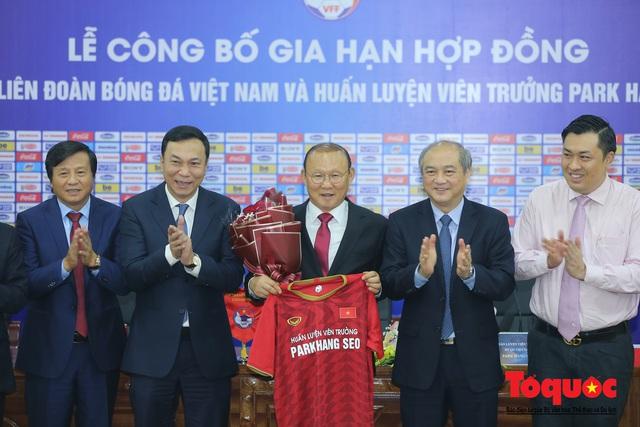 Thời khắc hàng triệu người hâm mộ Việt Nam chờ đợi HLV Park Hang Seo thực hiện - Ảnh 11.