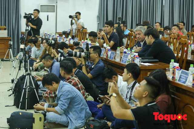 Thời khắc hàng triệu người hâm mộ Việt Nam chờ đợi HLV Park Hang Seo thực hiện - Ảnh 3.