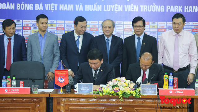 Thời khắc hàng triệu người hâm mộ Việt Nam chờ đợi HLV Park Hang Seo thực hiện - Ảnh 7.