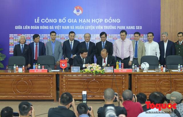 Thời khắc hàng triệu người hâm mộ Việt Nam chờ đợi HLV Park Hang Seo thực hiện - Ảnh 6.