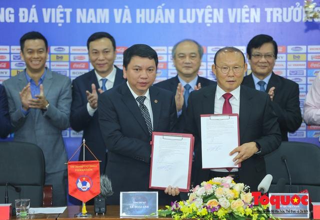 Thời khắc hàng triệu người hâm mộ Việt Nam chờ đợi HLV Park Hang Seo thực hiện - Ảnh 8.
