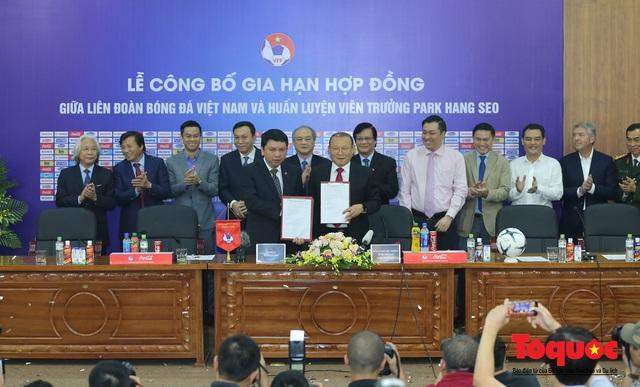 Thời khắc hàng triệu người hâm mộ Việt Nam chờ đợi HLV Park Hang Seo thực hiện - Ảnh 9.