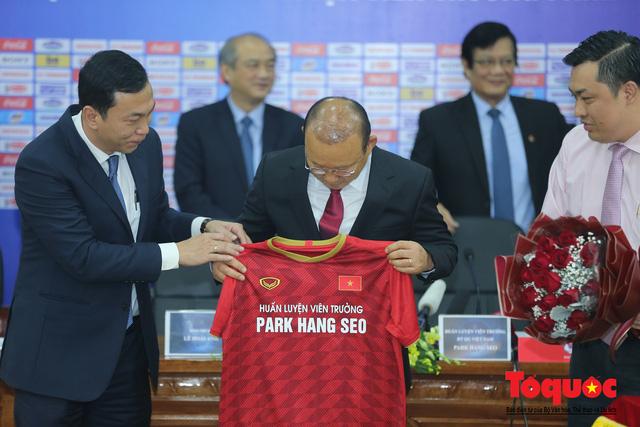 Thời khắc hàng triệu người hâm mộ Việt Nam chờ đợi HLV Park Hang Seo thực hiện - Ảnh 10.