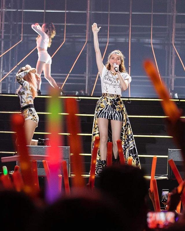 Hồ Ngọc Hà đụng hàng váy hiệu siêu mẫu Gigi Hadid - Ảnh 1.