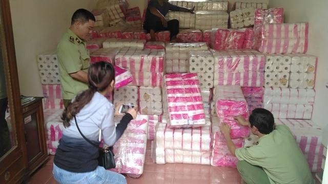 Gia Lai: Tạm giữ hơn 11.000 lốc giấy vệ sinh có dấu hiệu giả mạo nhãn hiệu - Ảnh 1.