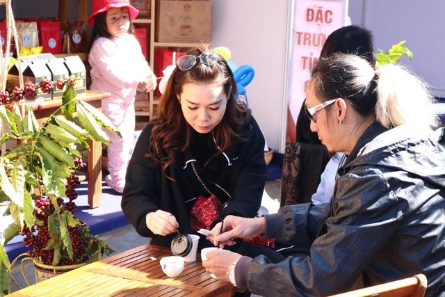Khách tham quan sẽ được cảm nhận hương vị cà phê từ những quầy phục vụ cà phê miễn phí.