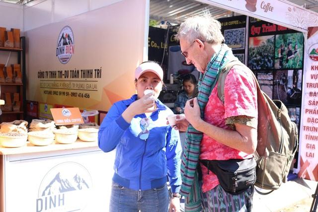 Du khách nước ngoài thích thú tham quan và thưởng thức cà phê miễn phí tại lễ hội cà phê Việt Nam.
