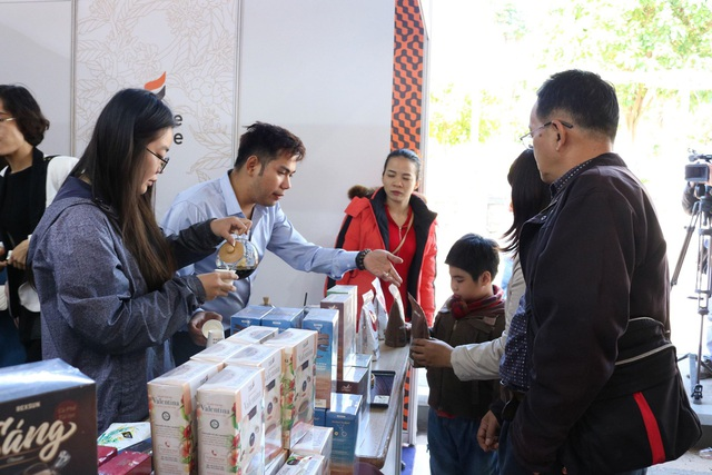 Những sản phẩm cà phê trương bày tại các quầy hàng thu hút đông đảo người dân, du khách tham quan và mua sắm.