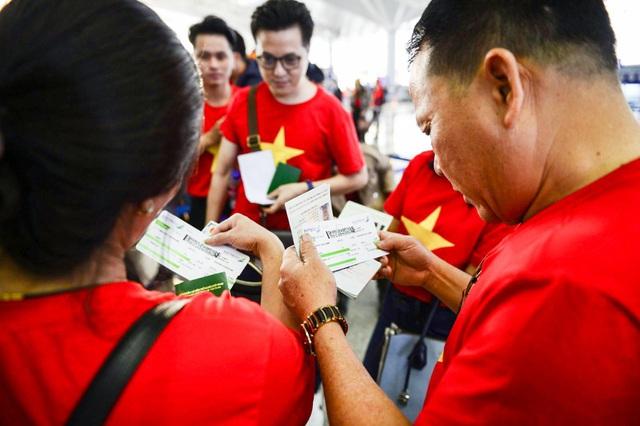 Cổ động viên Việt Nam vượt hàng ngàn km đến Manila - Philippines cổ vũ U22 Việt Nam - Ảnh 1.