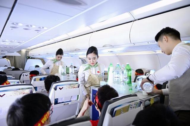 Cổ động viên Việt Nam vượt hàng ngàn km đến Manila - Philippines cổ vũ U22 Việt Nam - Ảnh 5.