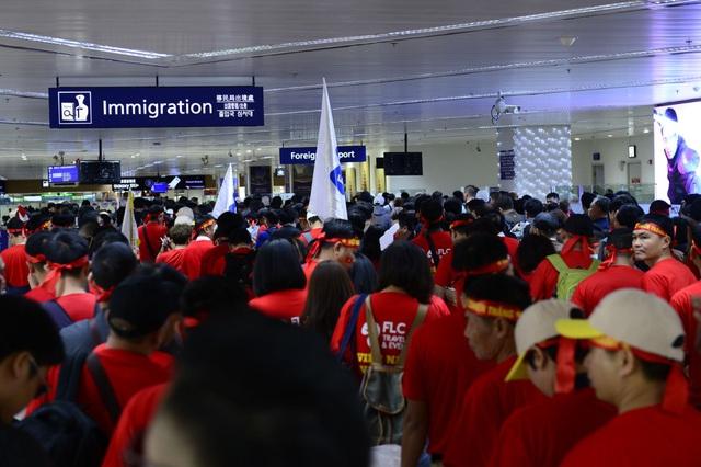 Cổ động viên Việt Nam vượt hàng ngàn km đến Manila - Philippines cổ vũ U22 Việt Nam - Ảnh 6.