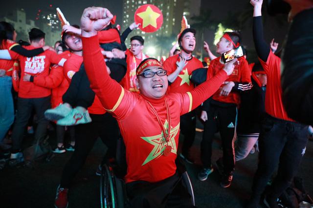 """Khoảng khắc lịch sử của Thể thao Việt Nam: """"Nụ cười Quang Hải và nước mắt Tiến Linh"""" - Ảnh 1."""